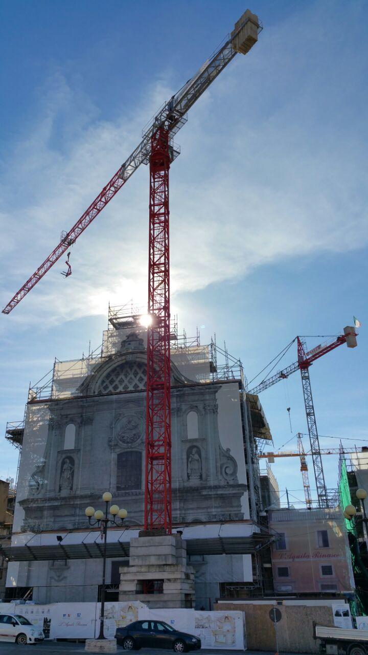 Recupero, consolidamento e restauro post-terremoto della Chiesa di Santa Maria del Suffragio in Piazza Duomo – L'Aquila – Gru a torre Saez mod. S65